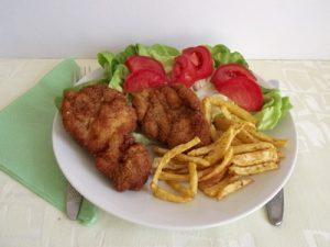 Rántott sertés krumplival, salátával