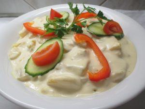 Majonézes krumpli tálalva színes zöldségekkel