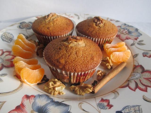 Mézes-diós muffin tálalva