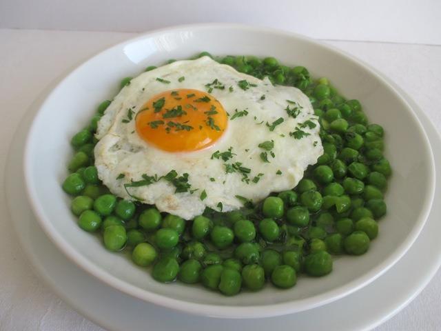 Zöldborsó főzelék tálalva