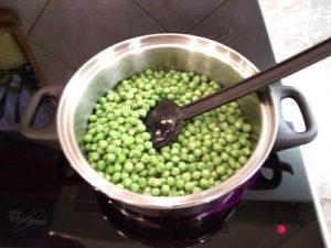 Zöldborsó főzelék - zöldborsó átforgatása zsíron