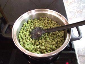 Zöldborsó főzelék - liszt elkeverése