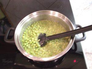 Zöldborsó főzelék - víz hozzáadása