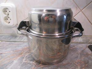 Spárga főző edény letakarva