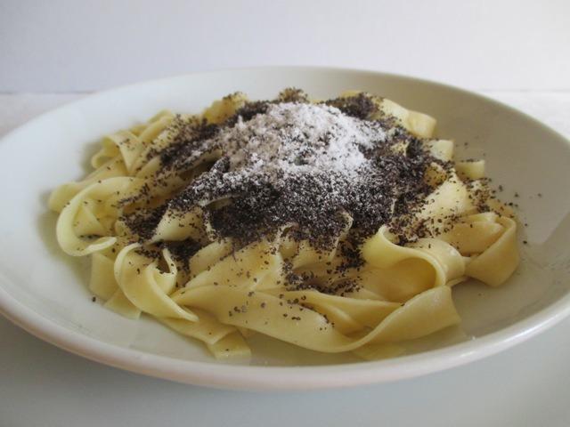 Mákos tészta tálalva 2