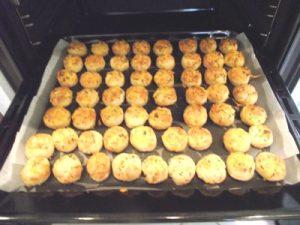 Túrós pogácsa sütés után