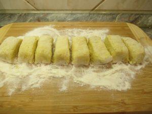 Krumplis tészta feldarabolva
