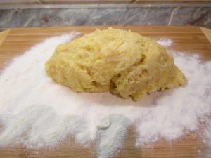 Krumplis tészta gyúrólapon