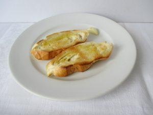 Pirított kenyér fokhagymával, oliva olajjal