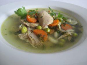 Csirkebecsinált leves tálalva 2