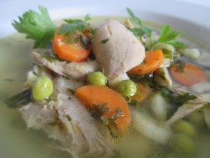 Csirkebecsinált leves tálalva 3