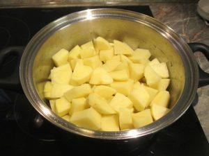 Krumpli tisztítva, feldarabolva