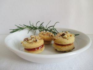 Linzer karikák tányéron 1