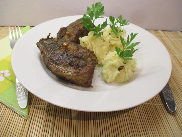 Sült oldalas tálalva krumplipürével