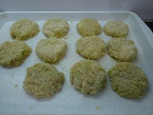 Fasírozott pogácsák sütés előtt