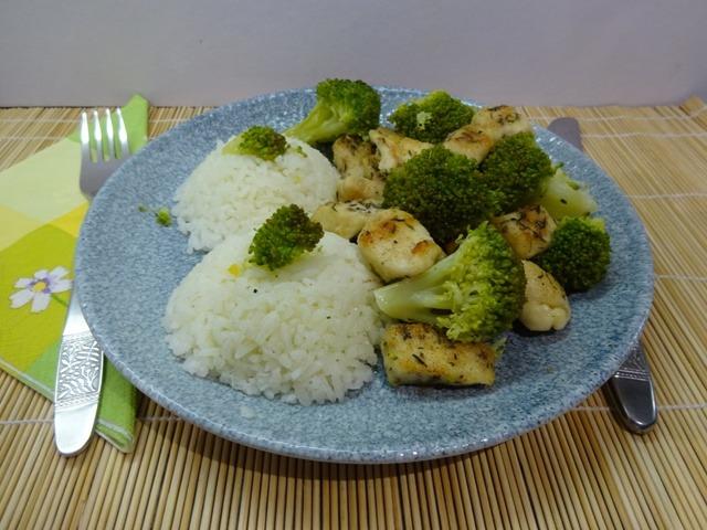 Brokkolis csirkemell tálalva-1