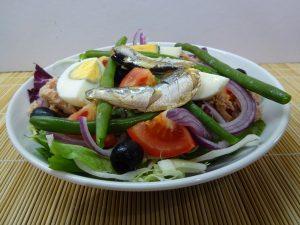 Nizzai saláta tálalva