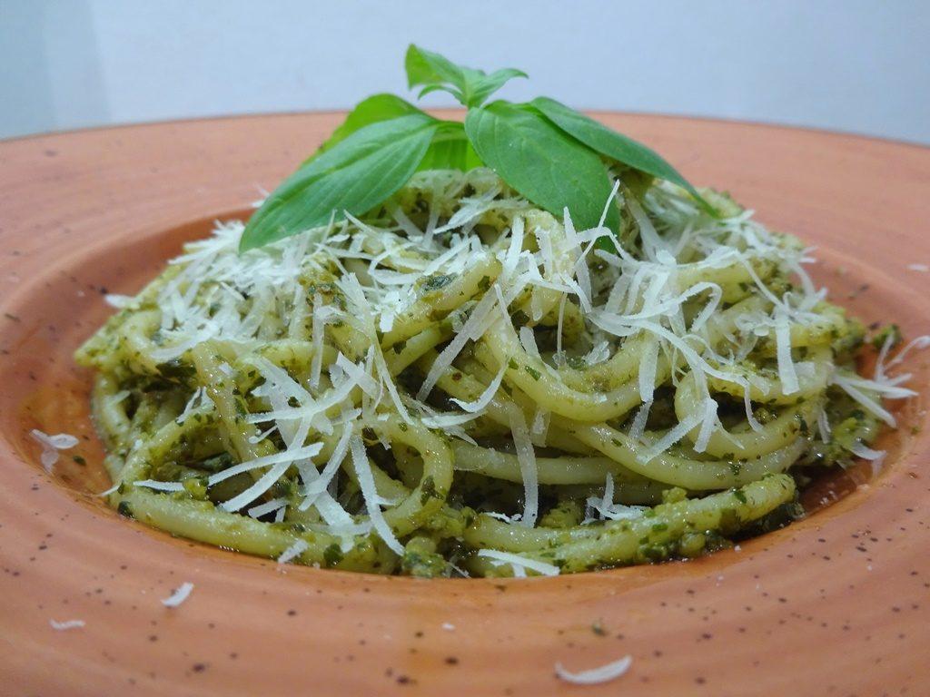 Pestos spagetti tálalva