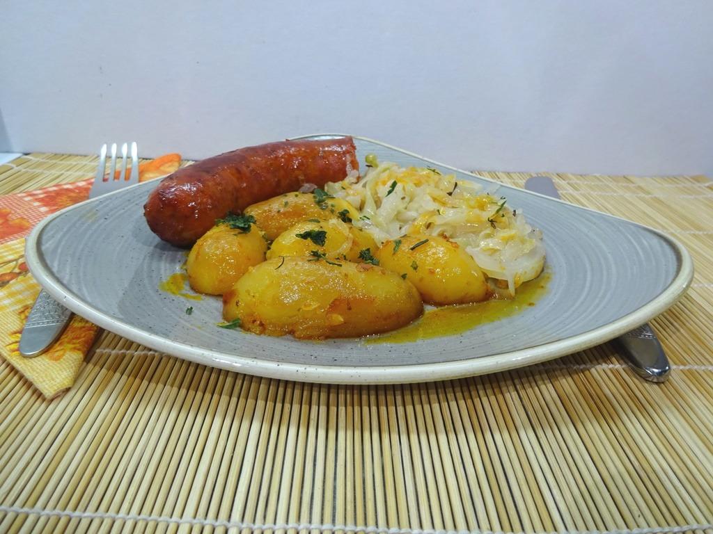 Sütőben sült kolbász krumplival tálalva 1