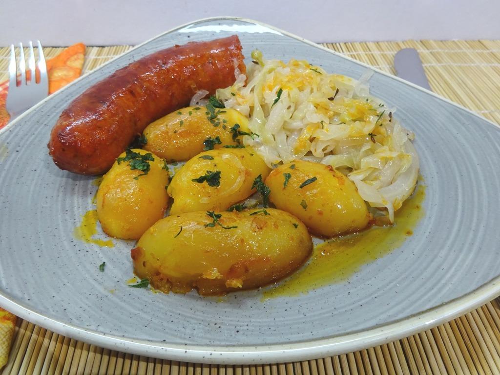 Sütőben sült kolbász krumplival tálalva 2