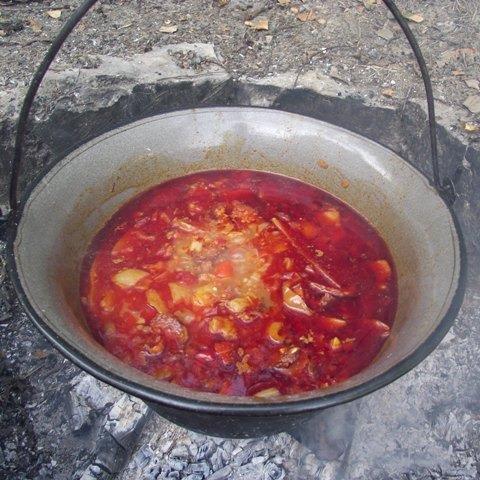 Paprikás krumpli bográcsban
