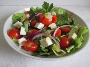 Saláta koktél paradicsommal, fetával