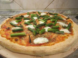 Spárgás pizza tálalva