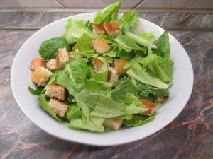 Saláta kenyérkockával