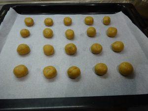 Tésztagolyócskák sütőlapon