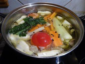 Zöldségek, fűszerek hozzáadva