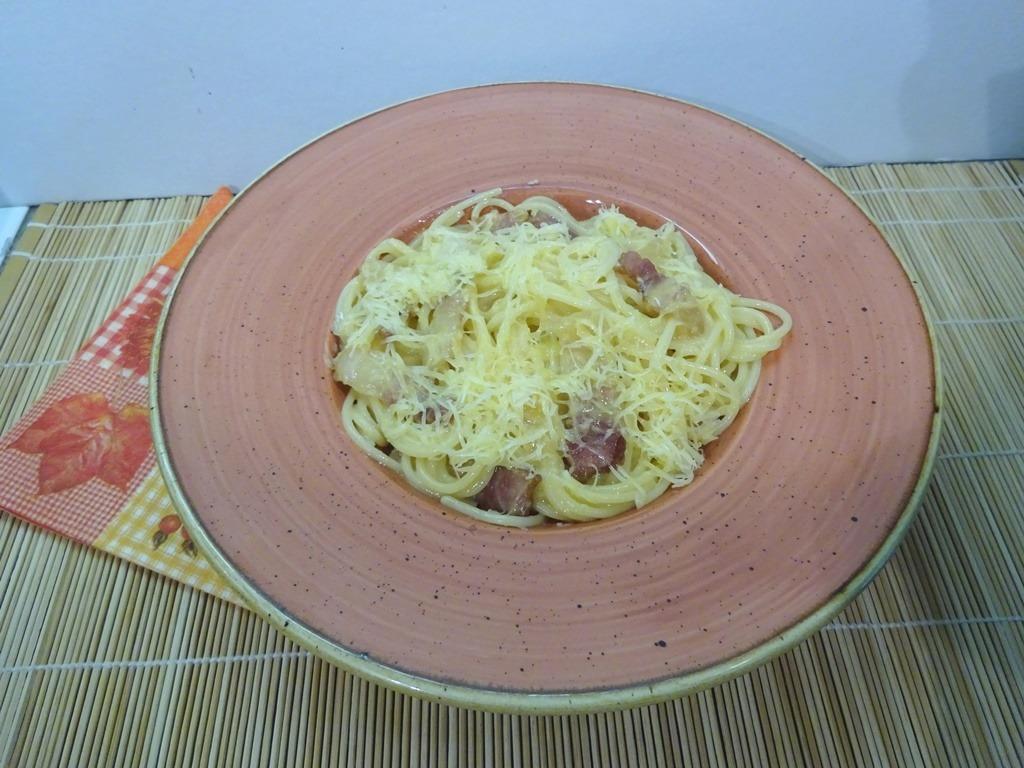Carbonara spagetti tálalva 1