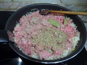 Hús és fűszerek hozzáadása