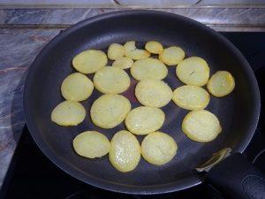 Krumpli szeletek sütése