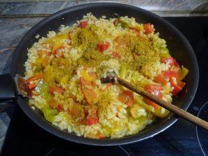 Zöldséges paella fűszerezése